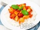 Рецепта Бяло пилешко месо на хапки с чушки и моркови върху канапе от варен бял ориз